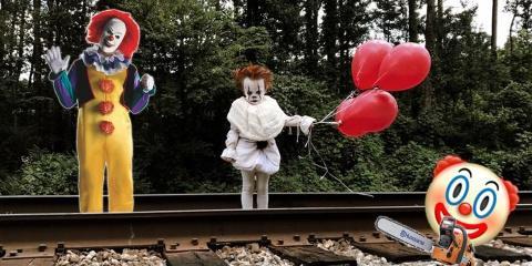 Il déguise son petit frère en clown de film d...
