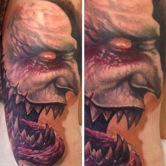 Un mec tatou se fait sucer et prend une grosse bite