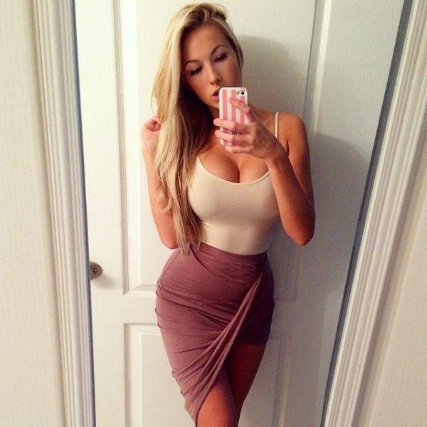 Belle femme en robe moulante