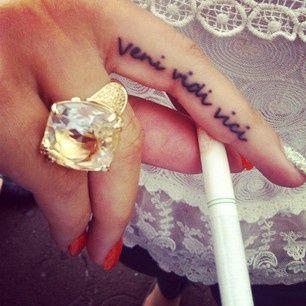 20 tatouages succ s que toutes les filles se font - Tatouage veni vidi vici ...