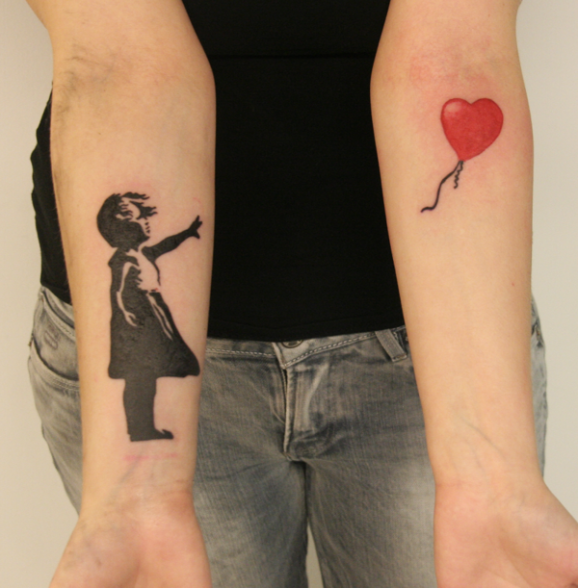 25 graffitis de banksy fidèlement reproduit en tatouages !