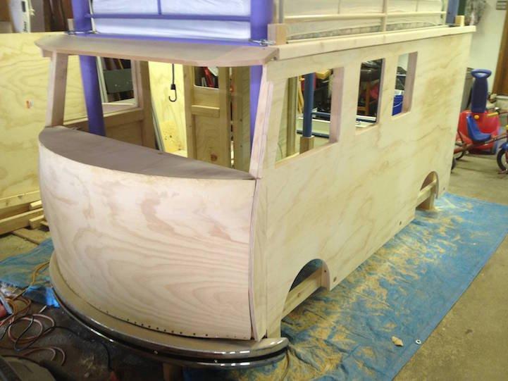 un p re construit un magnifique lit en forme de combi volkswagen pour l 39 anniversaire de sa fille. Black Bedroom Furniture Sets. Home Design Ideas