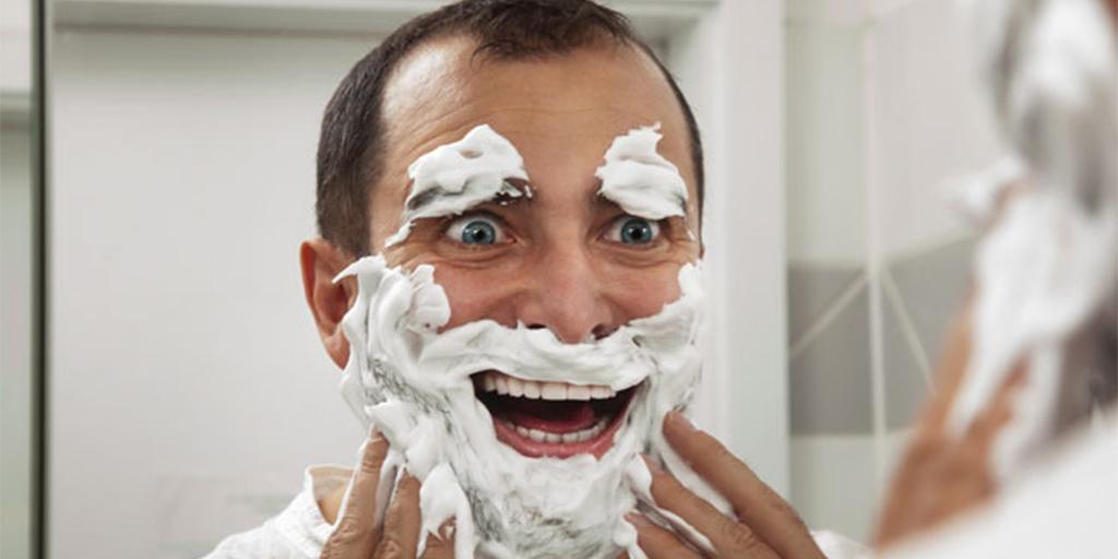 7 trucs qui expliquent pourquoi les mecs sont longs dans for Salle de bain homme