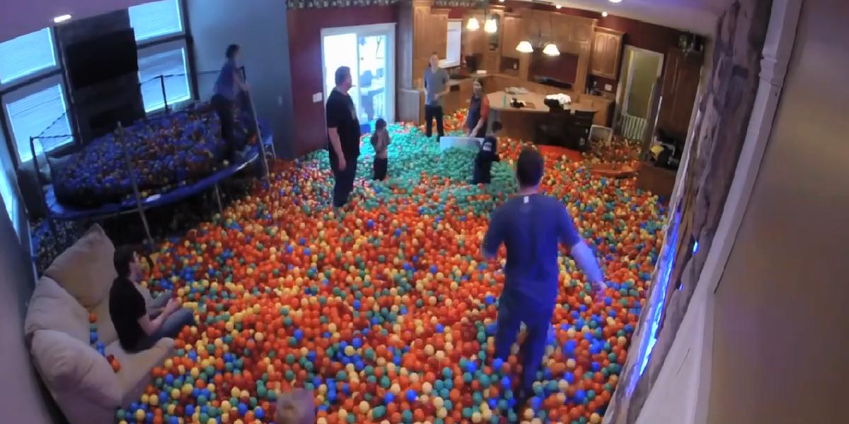Video Il Fait De Sa Maison Une Piscine A Balles Pour Adultes