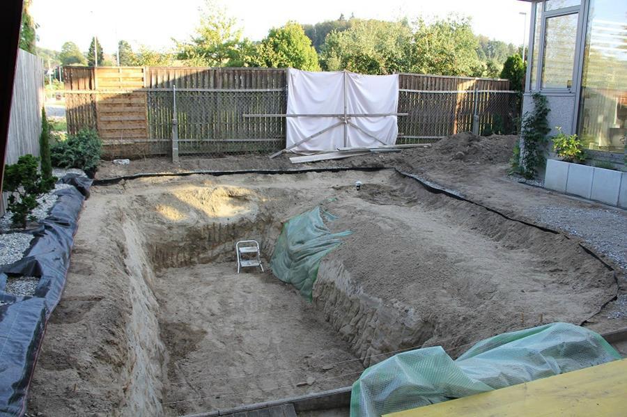Un homme construit une piscine cologique moindre co t for Como se hace una piscina