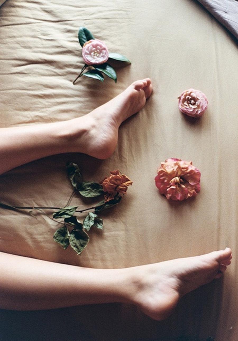 Pieds nus fleurs lit