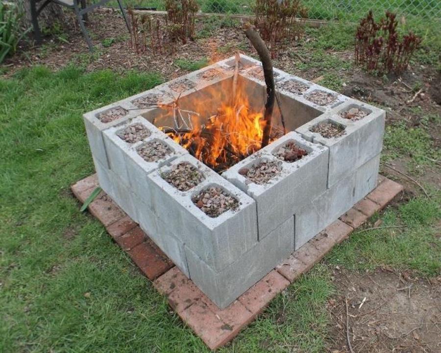 Cette femme peut tout construire avec quelques blocs de parpaing - Comment fabriquer un barbecue en parpaing ...