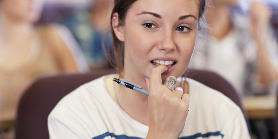 femme ronge ongles stylo