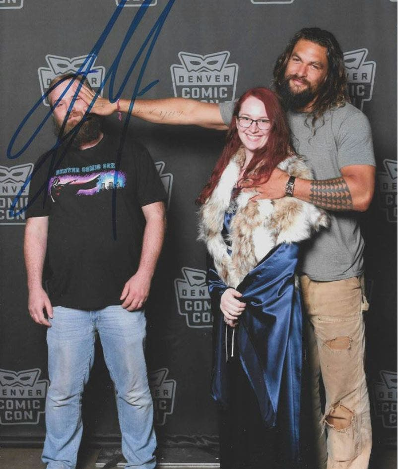 jason, momoa, seance, photos, couple, robe, bleu, poing
