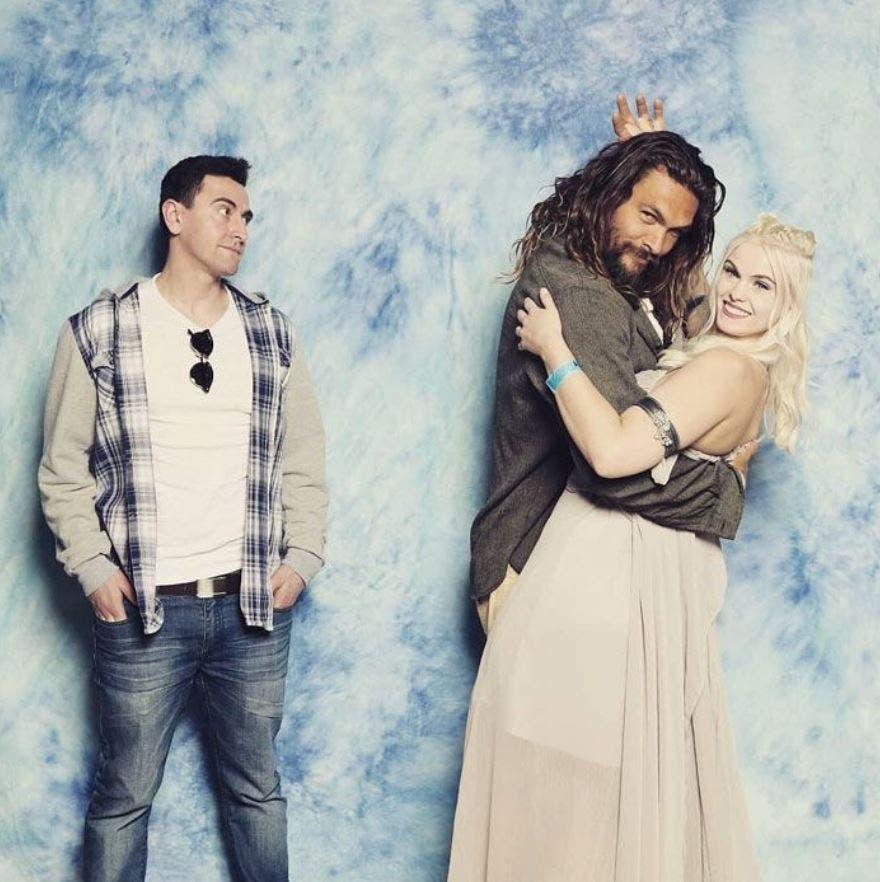 jason, momoa, seance, photos, couple, robe, blanche, calin