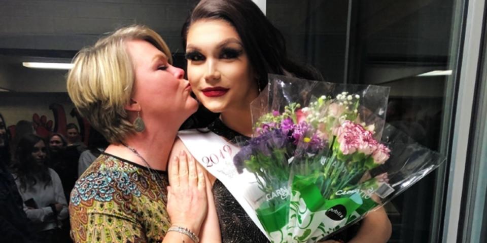 Une ado transsexuelle est couronnée reine de la fête des anciens élèves f9d106ccf0d