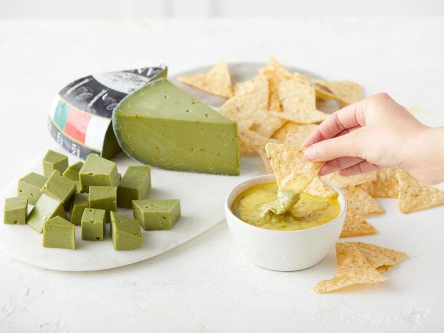 fromage guacamole, chips