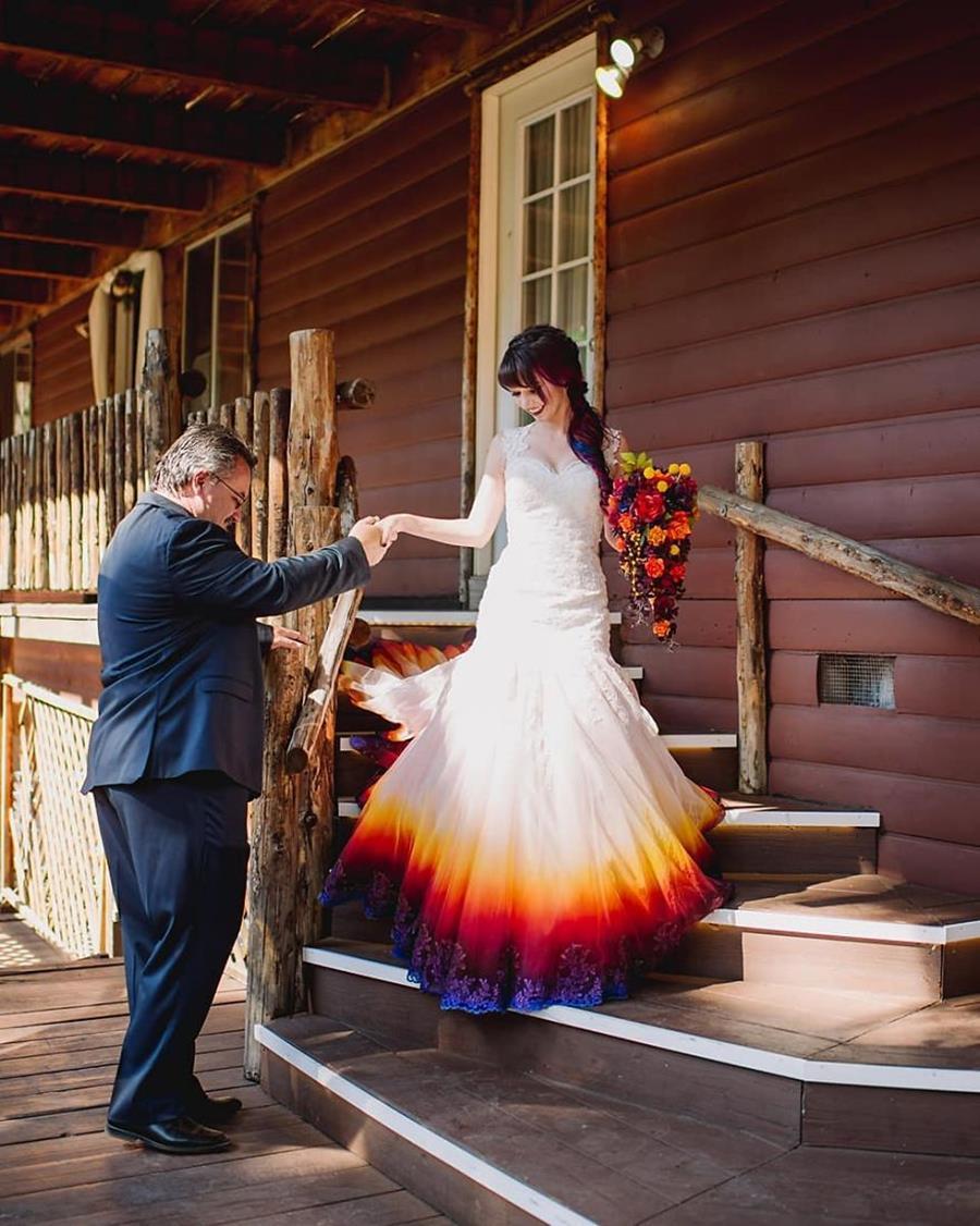 Cette artiste crée des robes de mariée flamboyantes et colorées