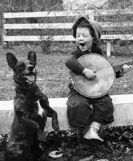 Petite fille chien jeu