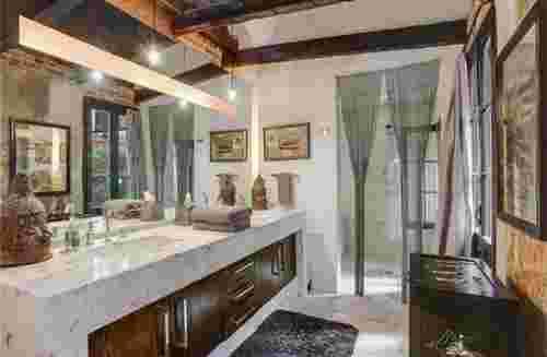 salle de bain grande luxueuse style aménagée