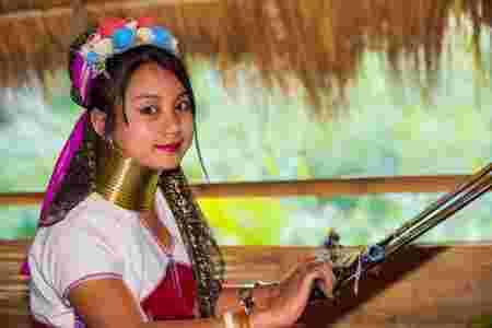 femme birmane cou