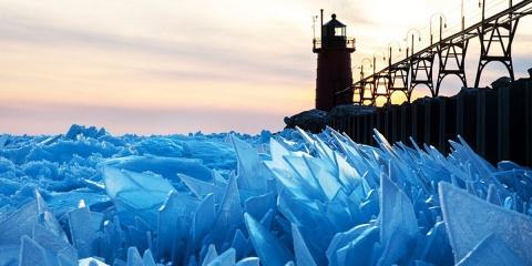 Le lac de Michigan se brise en millions d'écl...