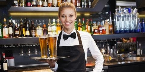 En France, une serveuse voit son travail mena...