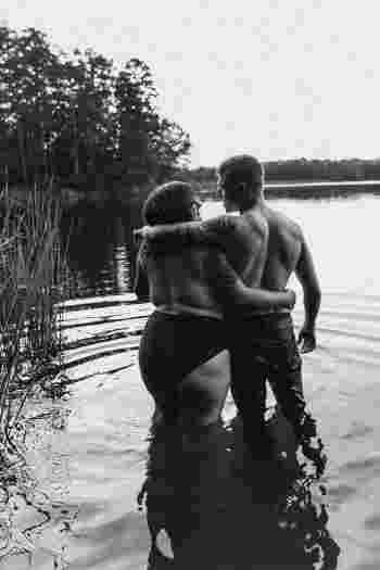 Couple De Dos les photos d'un couple envahissent internet par leur beauté pure et