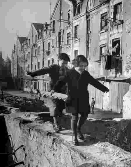 Enfants mur Paris 1949